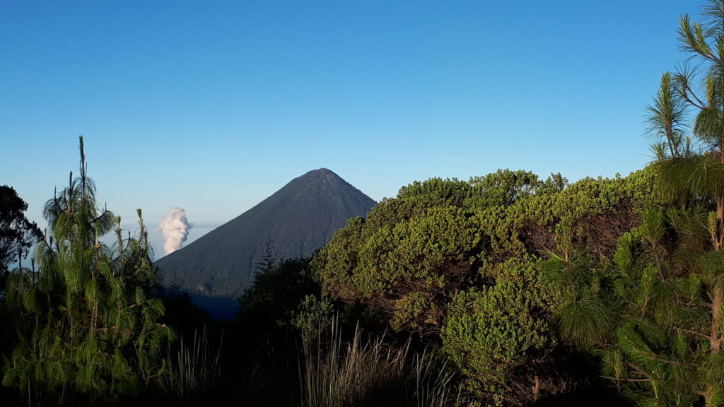 Volcán Santa Maria issues a puff of smoke