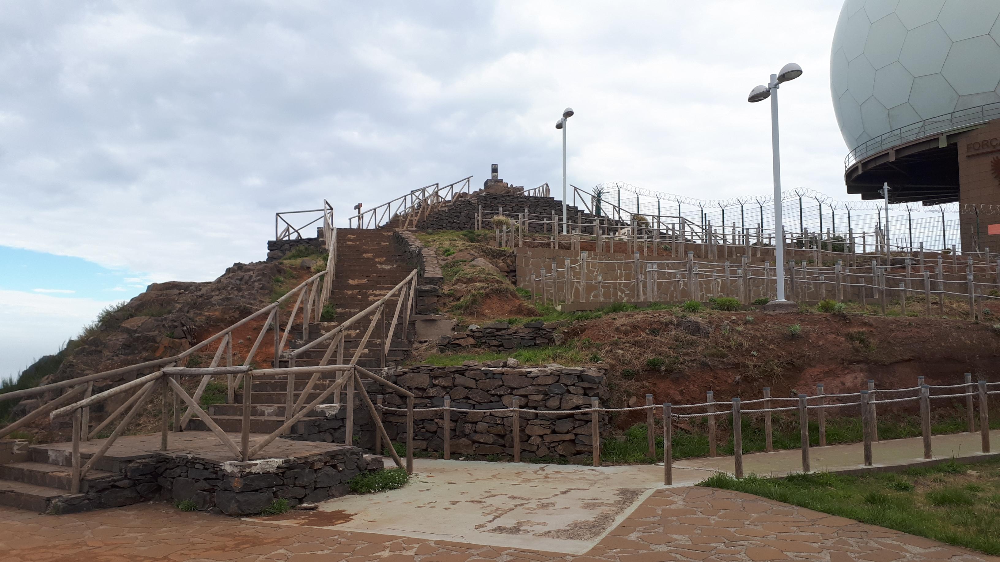 The untidy summit of Pico Areiro